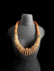 Ancien collier en corne ethnique