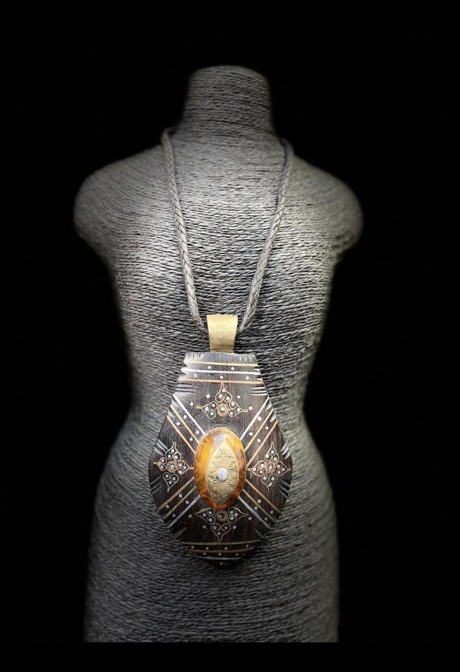 Collier ethnique africain en cuir tressé et pendentif en ébène et ambre