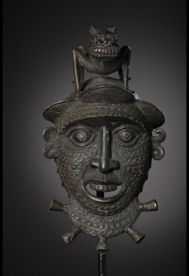 Masque bronze Tikar Cameroun